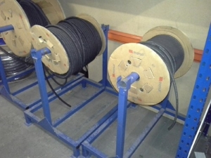 Cable wheel stand with a blue frame.